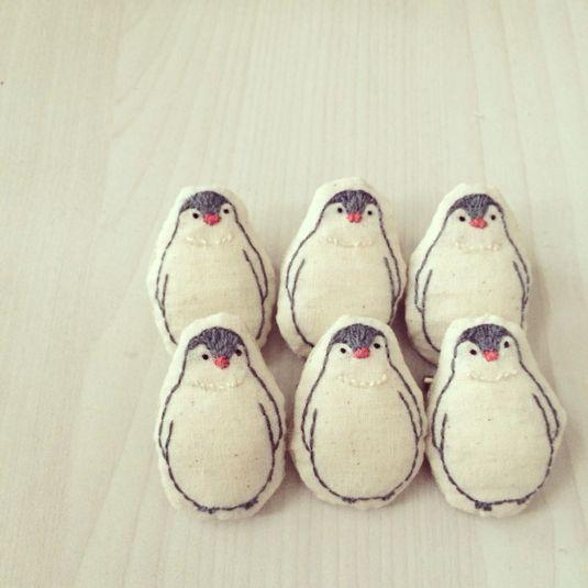 まん丸おなかがかわいい。ペンギン赤ちゃんの刺繍ブローチです。 http://buff.ly/1oaZ5JS pic.twitter.com/Rr4MXVsMrQ