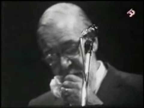 """Joan Oliver recitant les """"Corrandes d'exili"""" al I Festival de Poesia Catalana del Price, el 25 d'abril de 1970. En finalitzar tot el púbic crida """"Llibertat!"""" i també el poeta."""