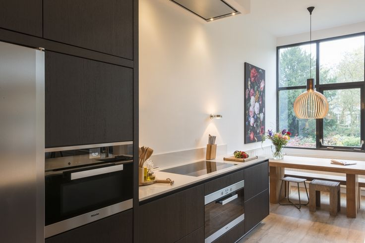Keukenmeyt moderne design keuken op maat gemaakt in Zutphen. Houten keuken van geborsteld eiken met Miele apparatuur #droomkeuken #woonkeuken #keukenmeyt #keuken #keukeninspiratie