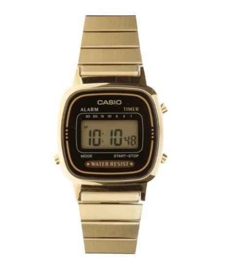Relógio desenvolvido em metal. O modelo tem caixa levemente arredondada enquanto o visor é digital. A pulseira tem articulações de metal com fechamento por encaixe. Tem resistência que permite contatos superficiais com a água.   Material: Metal