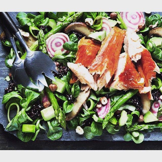 https://www.instagram.com/p/4ZmQgVsSi6/ Fredagsfavorit! Laxsallad med svart ris och massa grönt. Polkabetor lax.