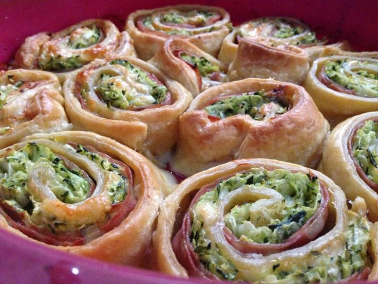 le girelle facili con zucchine sono delle semplici girelle preparate con pasta sfoglia, zucchine e mortadella