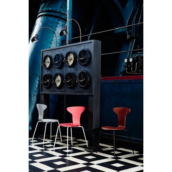 Howe Munkegaard Black stoel. Deze stoel van #Howe wordt geproduceerd vanuit het oogpunt van tijd- en ruimtebesparend meubilair met aandacht voor duurzaamheid. #stoel #stoelen #design #Flinders