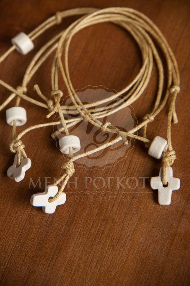 Μαρτυρικά βάπτισης βραχιόλι κορδόνι με σταυρουδάκι ξύλινο και χάντρα