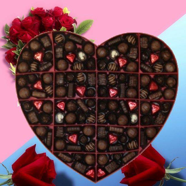L'amour ça se partage!  Et quoi de mieux que notre boîte de 100 chocolats pour partager l'amour? Passez-nous voir en magasin! ❤️❤️ Love is made to be shared! And what's better than our 100 chocolate boxes to share the love? Nothing!  Come see us in our stores! ❤️❤️