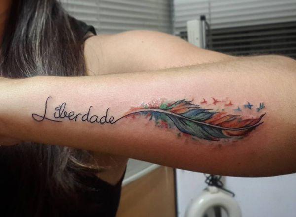 Feder Tattoos: Entwürfe, Ideen und Bedeutungen