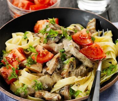 Krämigt, mättande och gott skulle beskriva den här rätten på fläskkarré med champinjoner. Såsen får en god smak av den vitlöksfrästa svampen och andra kryddor som oxbuljong och dijonsenap. Köttet läggs i sist och det får puttra några minuter innan middagen är klar. Prova gärna kocktipset för mer karaktär!