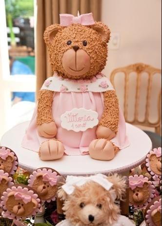 Esse grande urso que parece de pelúcia é um bolo de aniversário. Para essa festa, de uma menina de um ano, a massa do doce foi branca com recheio de chocolate. Da Piece of Cake (www.pieceofcake.com.br).   http://mulher.uol.com.br/gravidez-e-filhos/album/2013/04/24/veja-ideias-de-bolos-para-aniversario-de-meninas-criancas-ou-nao.htm?abrefoto=2