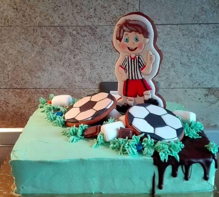 Oggi la torta a tema di calcio! Per un compleanno speciale .... #пряники #торт #футбол #мяч #деньрождения #праздник #кремовыйторт #тортбезмастики #тортспряником #galletas #biscotti #biscottiartistici #cookie #cookieart #icing #royalicing #bomboniere #festa #speciale #calcio #palla #decoradas #decorations #biscuits #sugarart
