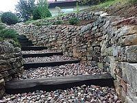 schody, żwir, podkłady kolejowe, schody z podkładów, mur oporowy z piaskowca