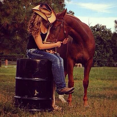 Perfect example pose for senior pics☺️love sharing ideas! Barrel racing. Horses. Senior pics.