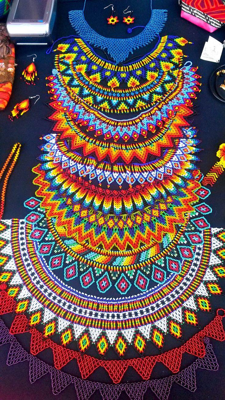 collar de piedras chaquiras realizado por la tribu Embera de Colombia... @ipuanabarcelona www.wayuucolombiabarcelona.com