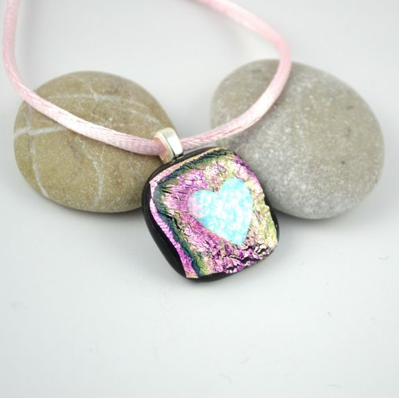 Halssmykke av rosa glass med et hjerte