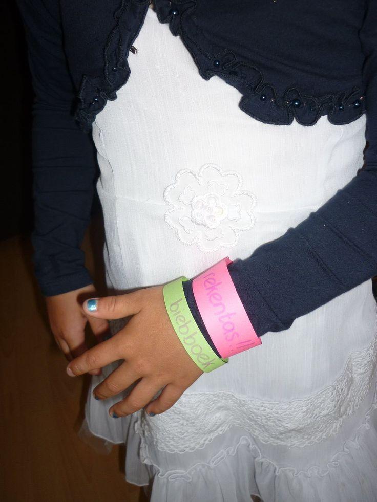 * Handig voor in de klas : van Juf Christa. Vergeet-niet-bandjes. Boek mee naar school? Gymtas vergeten? Met dit armbandje zijn de ouders ook snel op de hoogte.
