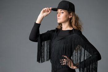 Viva Las Vegas (black) jurk designed by This is Lily - Zwarte, jersey cocktailjurk met franjes. Deze zwarte, franje jurk is gemaakt van een stevige jersey waardoor je vormen perfect geoptimaliseerd worden. Aan de voorkant zorgen de delicate, lange, viscose franjes voor een glamorous effect en aan de achterzijde zit een mooie, lange, gouden rits. Aan aandacht geen gebrek als je binnenkomt in deze eyecatcher!