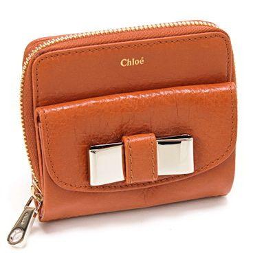 信頼できるクロエ【Chloe】リリー リリィ つ折財布 リボン レディース ライトクレイ激安セール中。機能的なラウンドファスナー式のお二つ折り財布は超人気。シンプルなデザインなので、男女を問わずに長くご愛用いただけます。余計な装飾のないシンプルなデザインは、素材の良さが際立ちます。開閉種別:ホック内部様式:札入れ×1、カードポケット×6、オープンポケット×2 外部様式:ファスナーポケット×1 、ホック式ポケット(小銭入れ)×1 。
