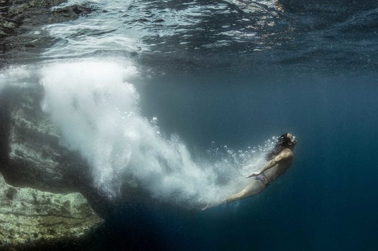 Emerge con fuerza véngate del desánimo!. Up up up! // Grande Orlando Duque #mar #sea #agua #water #oceano #ocean #rocas #rocks #orlandoduque #portugal // Fot.: Red Bull