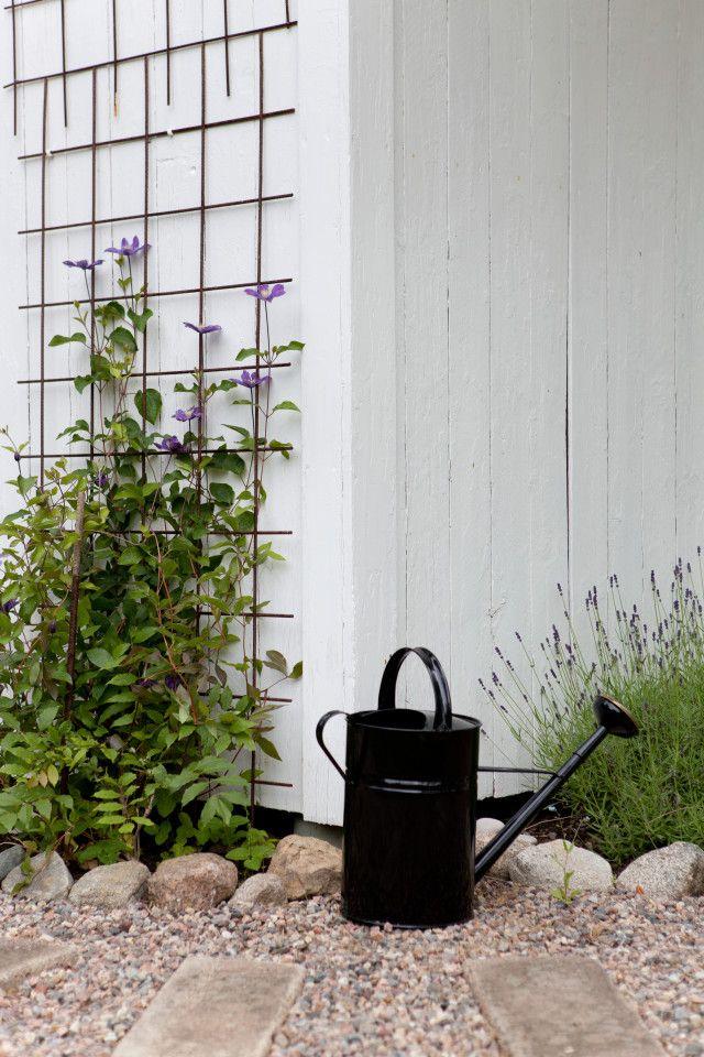 Malin och Kents nybyggda drömvilla ligger granne med skogen och med en vacker mur och gärdsgård som ramar in tomten. Här möts lantlig stil och modernt!