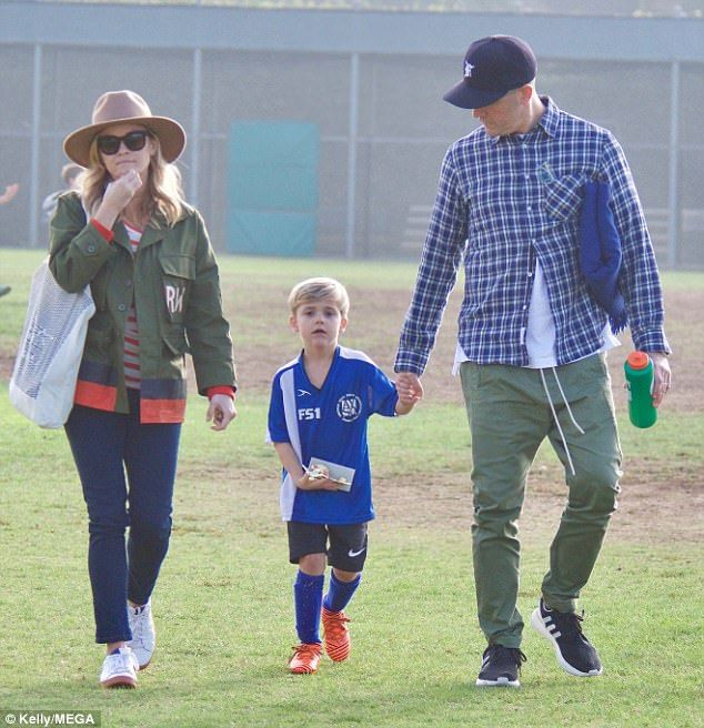 Reese Witherspoon Steps Out With Son Tennessee And Husband Jim Toth Reese Witherspoon Reese Witherspoon Style Reese Som vi allerede nævner, at han er søn. pinterest