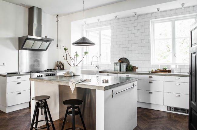 white-Scandinavian-kitchen-with-dark-wooden-floor.-from-Daniella-Witte.jpg (650×429)