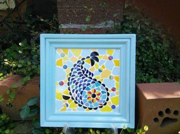タイルで絵を描いたモザイクタイルアート作品です。さわやかでポップな色合いの作品ですのでリビングルーム、玄関、トイレ、キッチン、オフィスなどインテリアのアクセントとして飾るのにぴったりです。★サイズ★20×20×厚み2cm★素材★土台(木材)・磁器タイル半磁器タイル※裏面フック有。写真のイーゼルは付属しません。