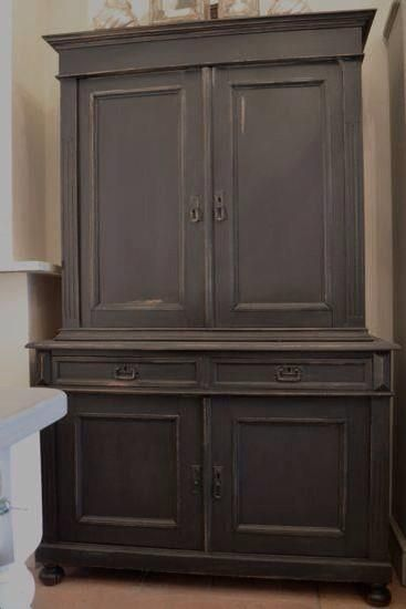 Cabinet painted with Chalk Paint - Krijtverf in the color Slate Grey. Cred. Cedante