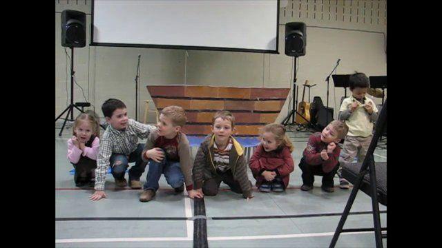 Jésus calme la tempête. Spectacle présenté par les petits de 3 à 5 ans du groupe d'école du dimanche sur le thème de la tempête calmée par J...