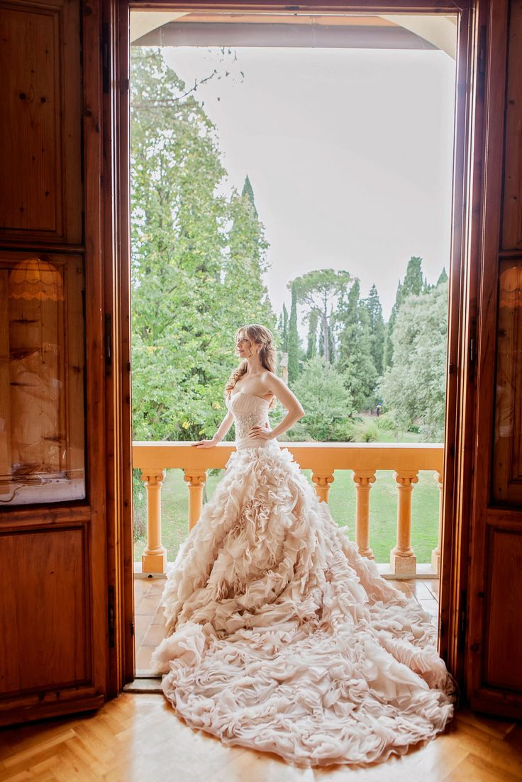 An amazing picture of the bride before the wedding ceremony