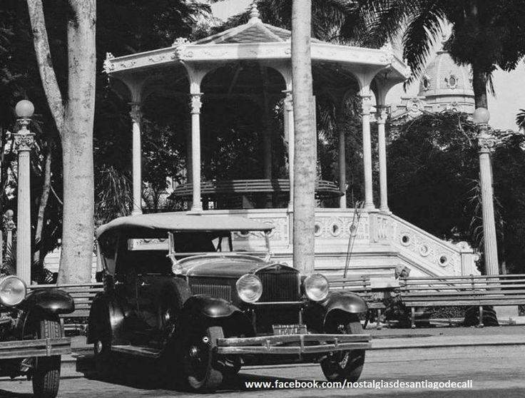 Nostalgias De Santiago de Cali - Recuerdos Crónicas y Fotografías Aspecto de un costado de la Plaza de Cayzedo y su tradicional Kiosco para la retreta dominical