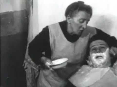 """Deze vrouwelijke barbier, Mej. Griet Lueskes, is in 1934 gefilmd en heeft """"al 60 jaar de mannen bij de neus gehad"""". Leuk voorbeeld voor mijn plannen! bekijk…"""