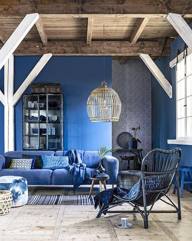 Le bleu profond, intense, foncé est une couleur tendance cette année ! Et c'est tant mieux car la couleur bleue est propice à la détente. C'est notre partenaire idéal pour cocooner tout l'hiver.  <br /> Le bleu s'intègre par petites touches avec des accessoires, du linge de lit dans une chambre, de la vaisselle, des luminaires, du petit mobilier ou en total look... On s'inspire de ces intérieurs.<br /> <br /> <br /> <br /...