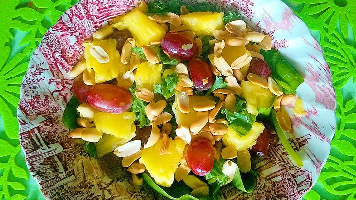 Sałatka tropikalna z zieleniny, winogron, ananasa i orzeszków ziemnych – Roślinne pychotki