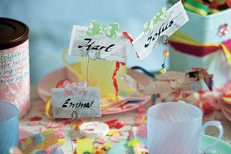 Pynt fastelavnsbordet med hjemmelavede bordkort og konfetti. Lav et festligt fastelavnsbord til fastelavnsfesten.