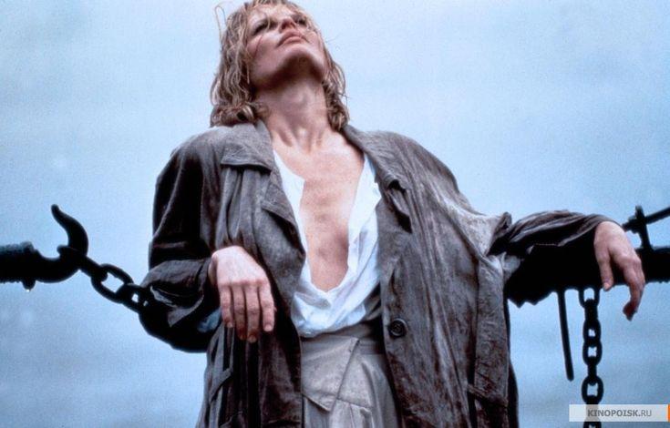 На протяжении всего фильма Элизабет появлялась как в своей, так и в рубашке Джона. Эту вещь она сочетала с длинными юбками и объемными пальто. Вы можете поступать точно также, но не ищите стандартных путей, таких как белая рубашка с черными брюками. Попробуйте сочетать ее с рваными джинсами и бомбером, с юбкой-трапецией и массивным ожерельем.