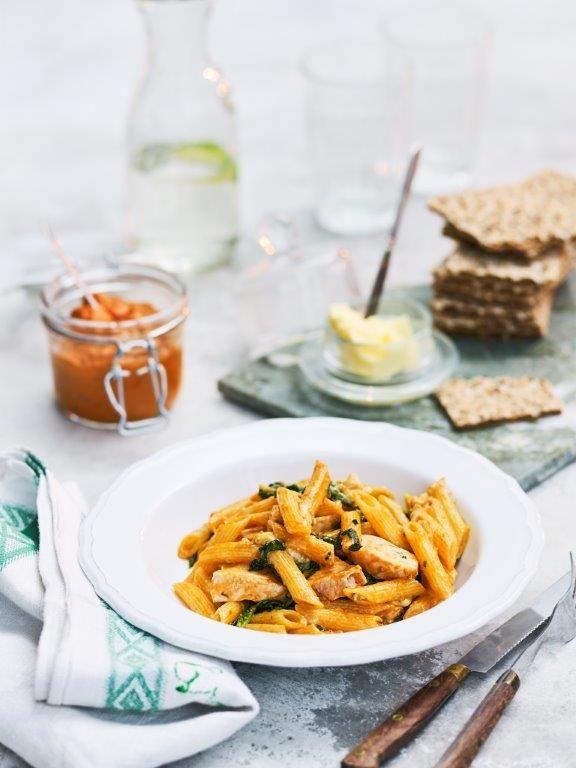 Superenkel pasta med barilla penne. Kyckling tillagas i ugnen med smaker av ädelost och pesto, underbart gott! Här hittar du ett lättlagat recept med pasta.