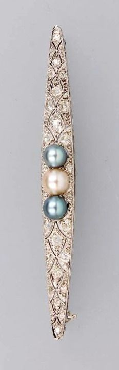 Brooch with diamonds, WG 585/000 and platinum, German, approx. 1910-1915, grey cultured pearls diam. approx. 6 mm, white cultured pearl diam.approx. 6.83 mm, (glue signs, pearls sec.), excellent mille grain setting, old cut diamonds total approx. 0.90 ct, Wesselton-Top Cape/p, l. approx. 8 cm, approx. 6.8 g, orig. case attached