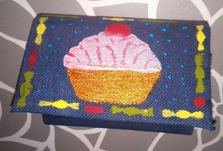 Gyümölcsleves dobozból pénztárcát készítettem, régi farmer anyaggal bevontam és kifestettem sima akrilfestékkel
