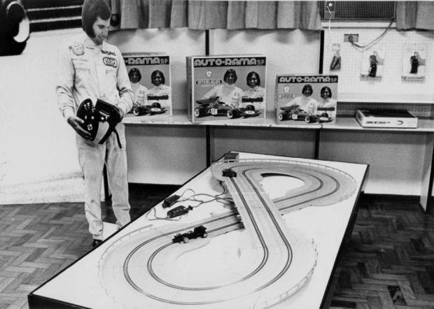 O autorama tinha versões com nomes de pilotos brasileiros que estavam em evidência na F-1, como Fittipaldi, Piquet e Senna. Foto 1972 http://acervo.estadao.com.br/noticias/acervo,brinquedos-que-marcaram-outros-dias-da-crianca,11568,0.htm