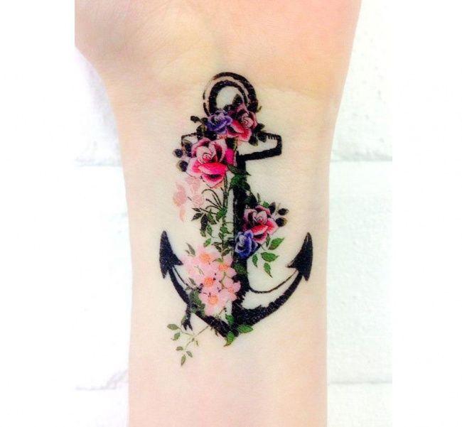 Mały tatuaż z kotwicą - modne i urocze wzory dla dziewczyn na czasie