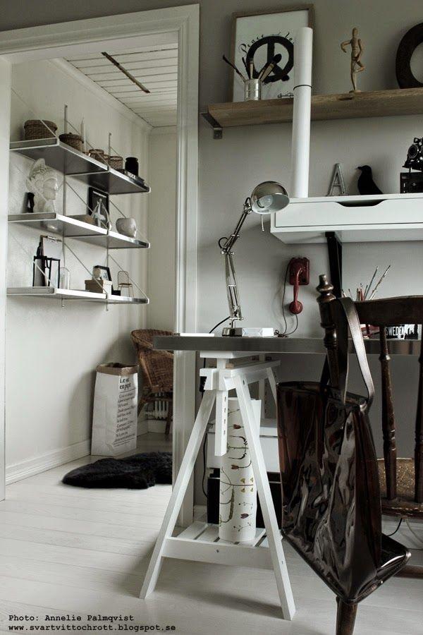 arbetsrum, ateljé, skrivbord, bänkskiva, bänkskivor, ikea, le sac en papier, svart och vit inredning, svart och vitt, svartvita, vitt golv, plankgolv, hylla, hyllor, konsttryck, artprint, artprints, print, prints, tavla, tavlor, peace,