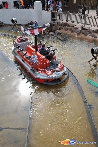 9/11 | Photo de l'attraction Kapt'n Nicks Piratenschlacht située à Legoland Deutschland (Allemagne). Plus d'information sur notre site http://www.e-coasters.com !! Tous les meilleurs Parcs d'Attractions sur un seul site web !!