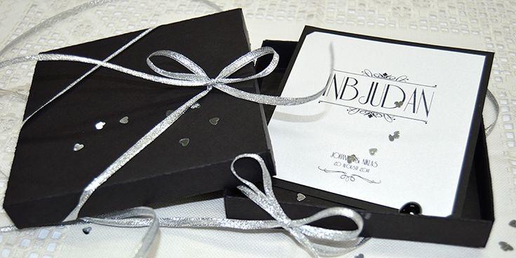 Tryck lyxiga bröllops inbjudningskort för bröllop med silver toner. #silver #brollop #invitation #wedding #inbjudan
