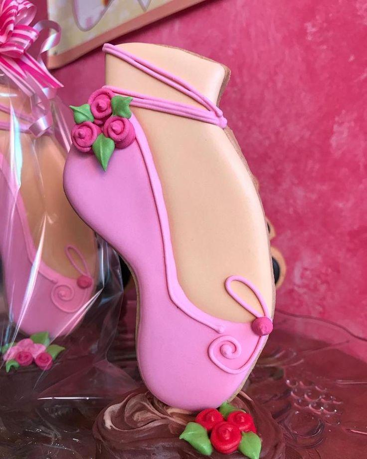 Galletas zapatillas de ballet decoradas con glasa real (royal icing).