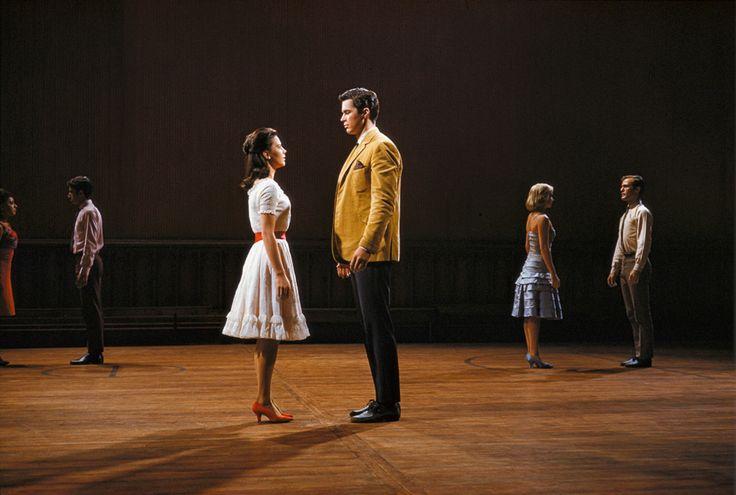 Am gleichen Abend noch sehen sich Maria (Natalie Wood) und Tony (Jerome Robbins) das erste Mal und verlieben sich unsterblich.