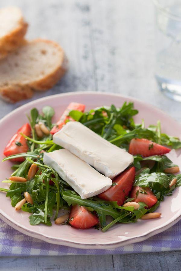 Rezept: Rucola Salat mit Erdbeeren. Dieser feine Rucola Salat mit Erdbeeren passt ausgezeichnet zu Spargel-Gerichten. #cestbon
