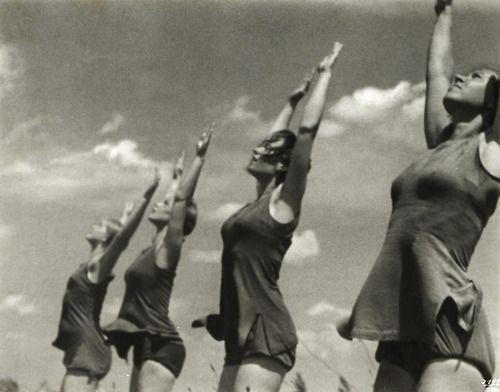 Leni Riefenstahl :: Deutsche Turnerinnen [German gymnasts], 1936