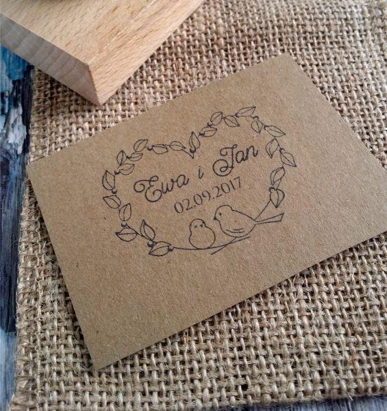 Uroczy stempel ślubny z motywem gołąbków! Uroczy dodatek do ślubnej papeterii :)  Do kupienia w sklepie internetowym Madame Allure.