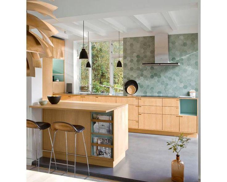 cozinha-escandinava-com-balcao-de-madeira-e-azulejos-azuis-hexagonais-Design-Nicolaj-Bo