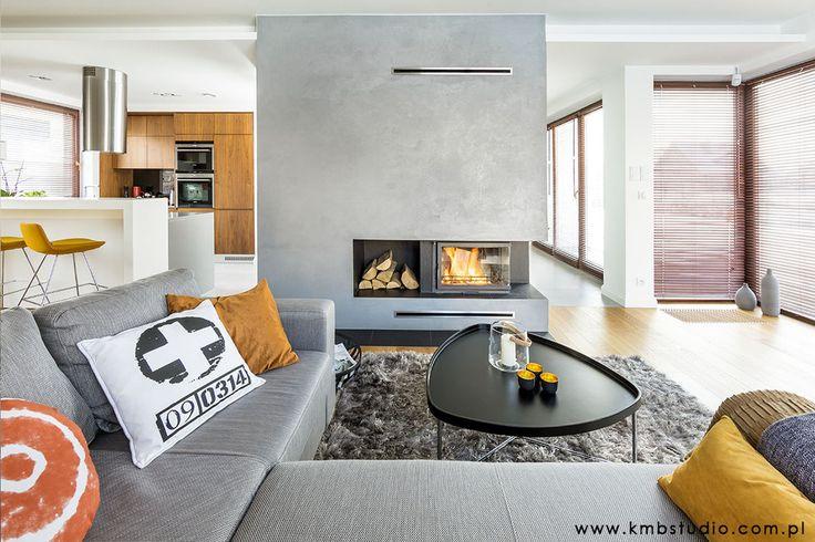 Kominek, beton architektoniczny, szara kanapa, meble do salonu, aranżacja salonu, dekoracje do salonu. Zobacz więcej na: https://www.homify.pl/katalogi-inspiracji/23515/homify-360-przytulne-ale-i-nowoczesne-wnetrze-domu-w-kryspinowie
