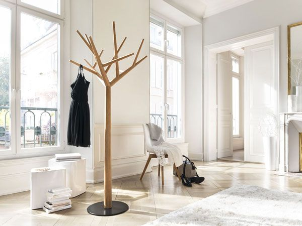 """Die Garderobe """"y"""" ist das erste Objekt in der noch kleinen Kollektion des Schreiners Baptiste Ducommun. Das Möbel erzählt von Bäumen, die täglich ihr Blattwerk wechseln. ..."""